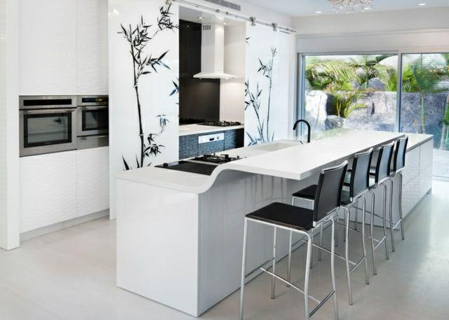 Schöne Küche mit Essplatz und weißer Theke aus Kunststoff - küche mit theke