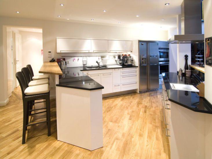 Edle offene Küche mit Parkettboden in Penthouse Wohnung ...