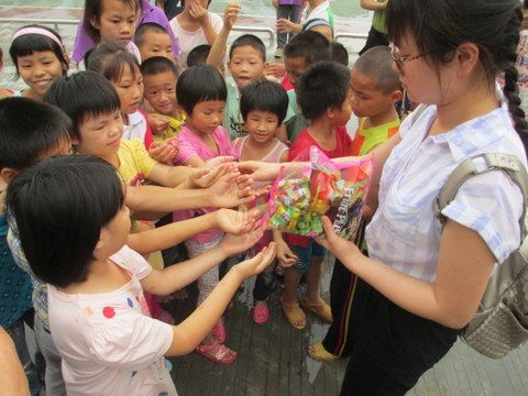 Chen Yuli ___ _ one of graduated students_ volunteered