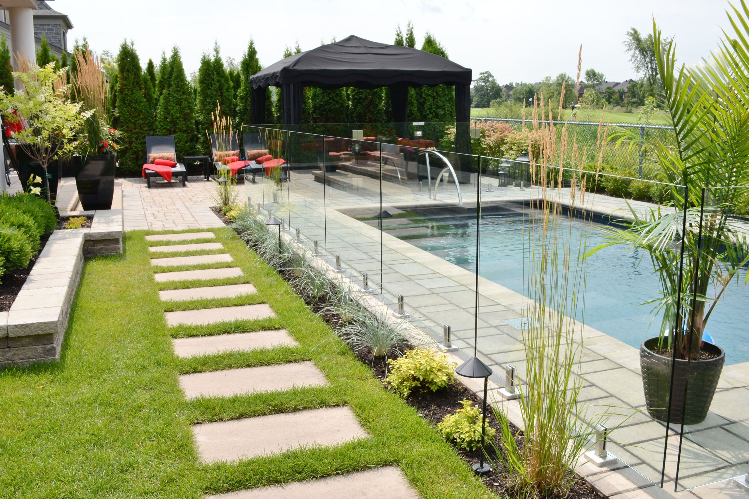 Dans Cette Cour Arriere L Installation D Une Piscine Creusee A Completement Change Le Decor Le But Backyard Pool Landscaping Backyard Pool Pool Landscaping