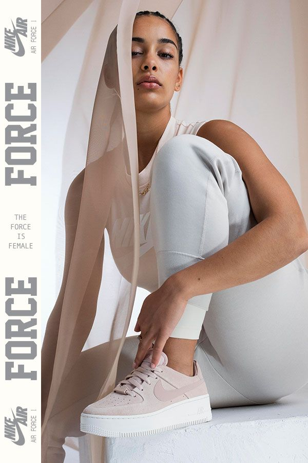 timeless design ee35e 234f5 Jorja Smith représente la Nike Air Force 1 Sage Low. Un design iconique  entièrement revisité