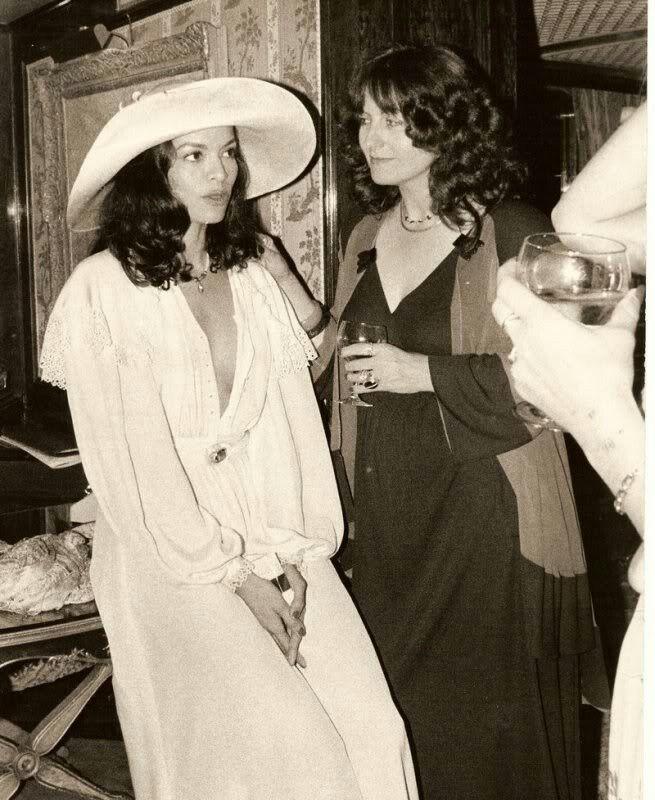 Bianca Jagger le jour de son mariage en capeline blanche