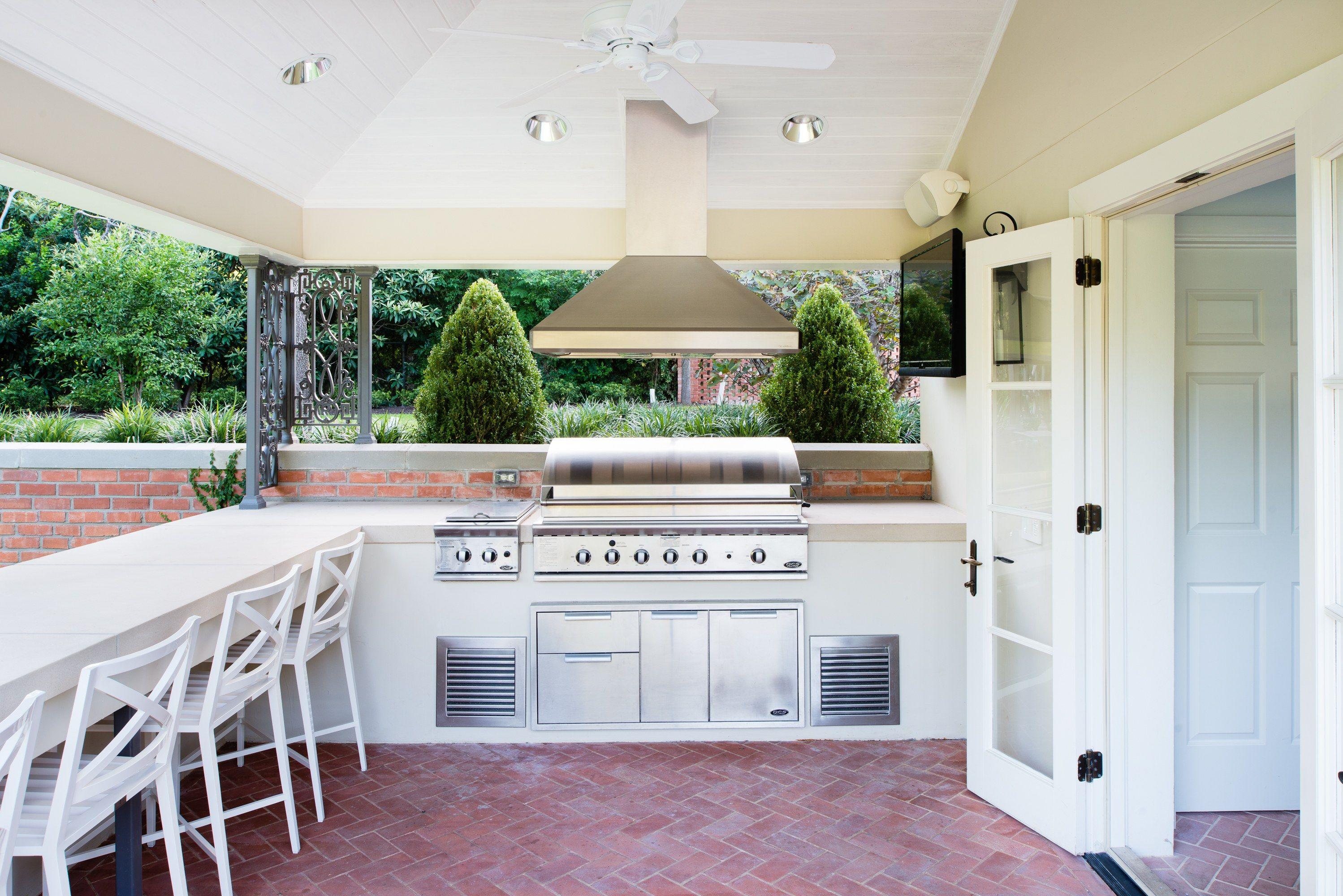 A 1950s Poolhouse Gets A Tastefully Modern Makeover Outdoor Kitchen Design Outdoor Kitchen Design Layout Pool Houses