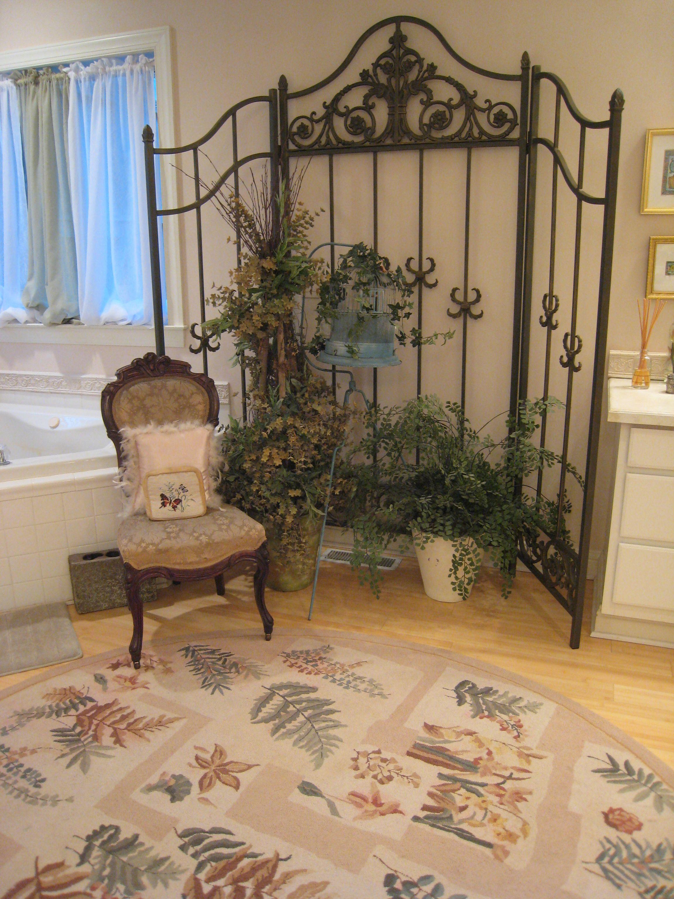 Bathroom decor in the queen alexandra birdwing suite