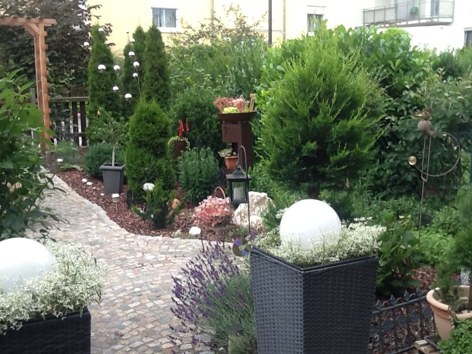 reihenhausgarten ohne rasen brunner erika plants. Black Bedroom Furniture Sets. Home Design Ideas