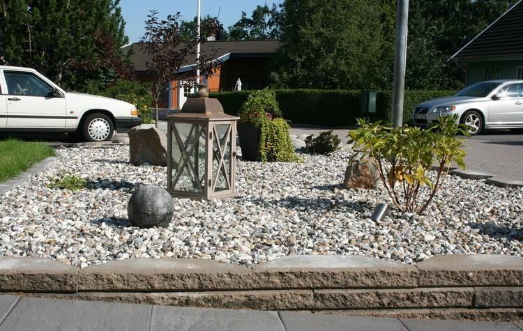 Kies im Pflanzenbeet - Sträucher, Steine und Dekorationen Garten - gartengestaltungsideen mit kies