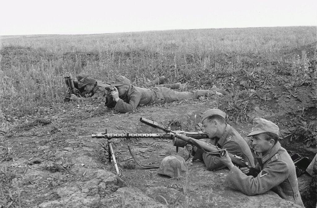 """1943, Des soldats allemands (combat ou entraînement ?) armés d'un mortier """"5cm leGrW36"""", d'une MG-34 et d'un Mauser 98K mini d'un lance-grenade """"Gw.Gr.Ger.42"""""""