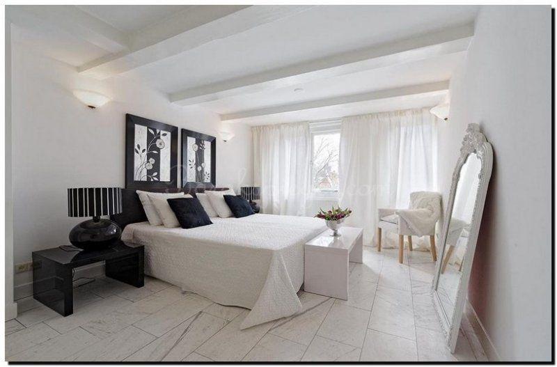 prachtig effect deze grote witte kuifspiegel in de slaapkamer, Deco ideeën