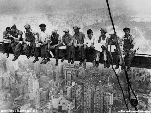 صور لن ينساها التاريخ صورة رمزية شهيرة ت ظهر عمال البناء يتناولون غداءهم في موقع العمل بأحد ناطحات Lunch Atop A Skyscraper Iconic Photos Nyc Construction