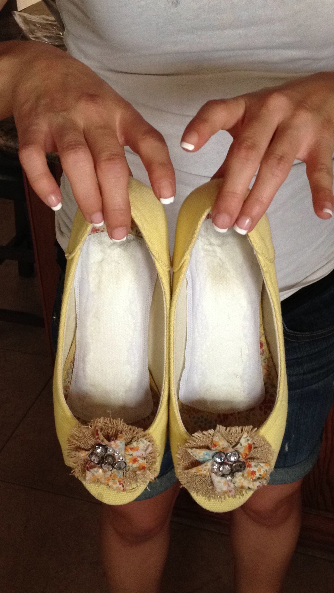 It might look gross, but putting fresh panty liners in shoes to absorb  sweat keeps