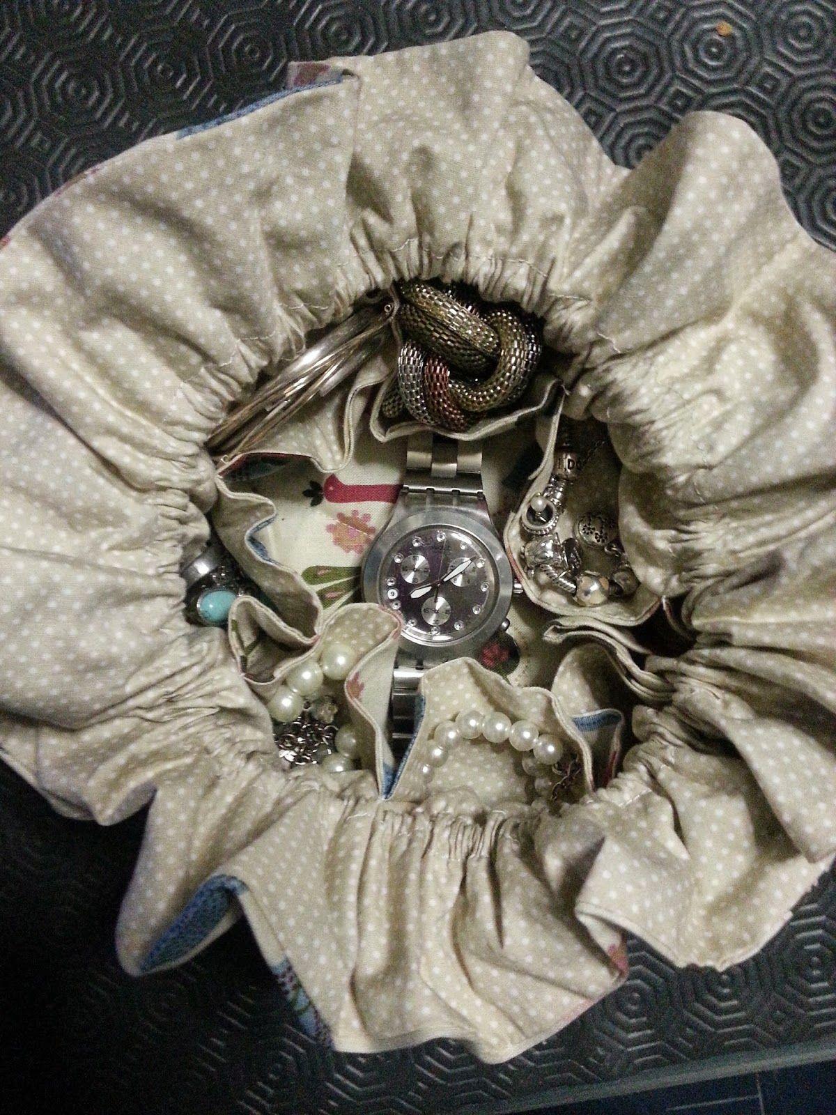 Costuraki: Porta bijuteria  Nada mais prático para ter-mos as...