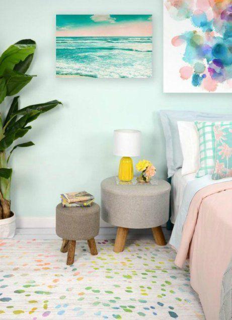 Το θαλασσί στον τοίχο αυτού του δωματίου συνδυάζεται υπέροχα με το κίτρινο φωτιστικό και το ροζ πάπλωμα.