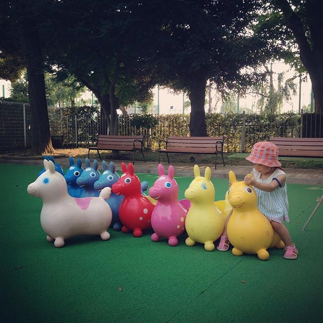 Instagram media enanaan - ロディ♡ #神宮外苑児童遊園 #ロディ #カラフル #ママが乗ったらロディ骨折 #女の子 #女の子ママ #1歳10ヶ月