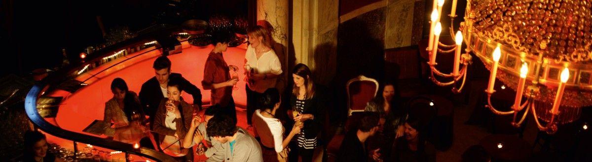 Rote Bar Im Volkstheater Ein Kronleuchter Im Vordergrund Wien