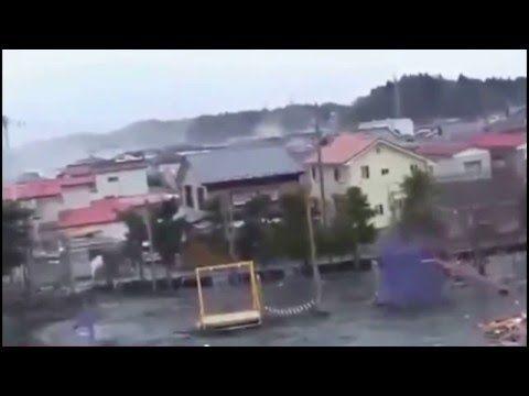 Seres de outro planeta filmados no tunâmi do Japão! Veja no canto esquer...
