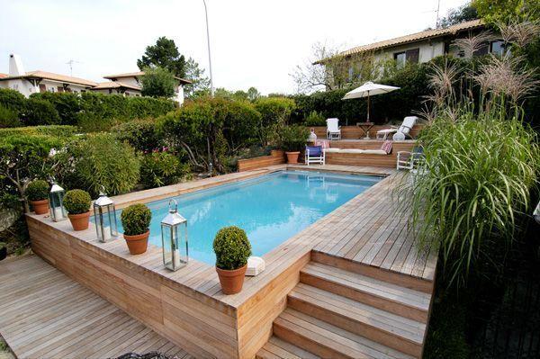 Ein halb begrabener Pool mit einem Entspannungsbereich am