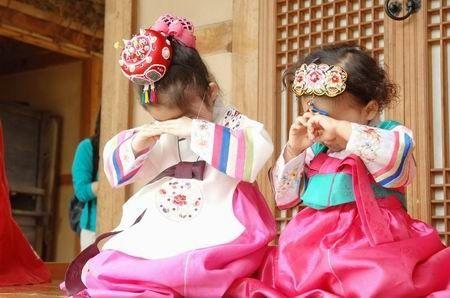 국제위러브유운동본부(iwf장길자회장) 회원들이 정성껏 마련한 잔치에 참여해 안산문화원에 마련된 한국의 유물과 전통을 접하면서 한국의 놀이도 즐기고 맛있는 한국 전통 음식도 먹으면서 한국인의 따뜻한 정을 체험했다.