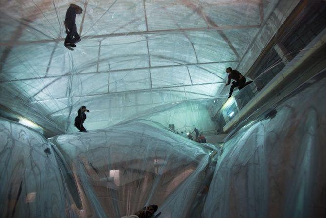 Milano, HangarBicocca, con On Space Time Foam l'istallazione di Tomás Saraceno si cammina sulle nuvole