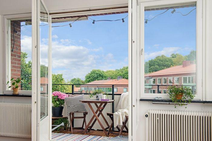 Schönen Balkon Gestalten Mit Wenig Geld, Kleiner Offener Raum, Vom  Wohnzimmer Direkt In Den