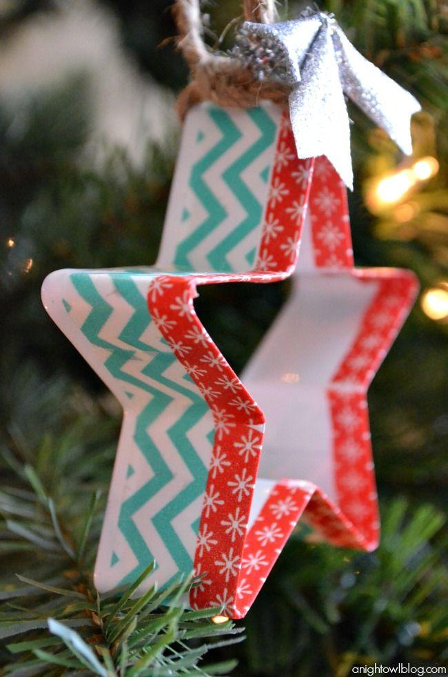 Ornamentos com cortadores de biscoito e fita adesiva colorida