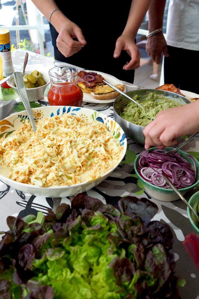 Coleslaw on mehevänä salaattina varsin mainio seuralainen varsinkin grillatuille makkara-ja liharuoille ja hot dogin täytteenä.