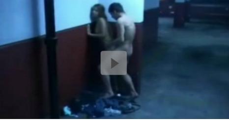 ->: Una cámara de vigilancia rueda esta escena que se celebra en un aparcamiento (video)