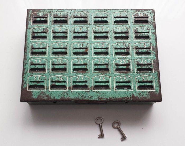 306f52799ff Online veilinghuis Catawiki: Oude metalen spaarkas met sleutels - 2e helft  20e eeuw