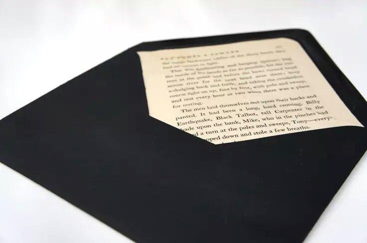 Interior de envelopes com paginas de livros
