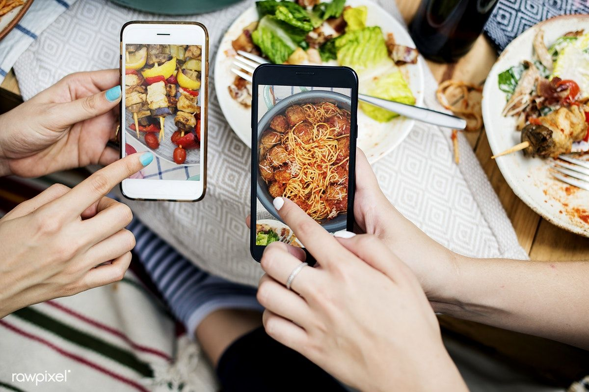 Download premium psd of people sharing food photos on