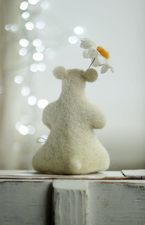 Dreamy White Bear With A Daisy Needle Felt door FeltArtByMariana
