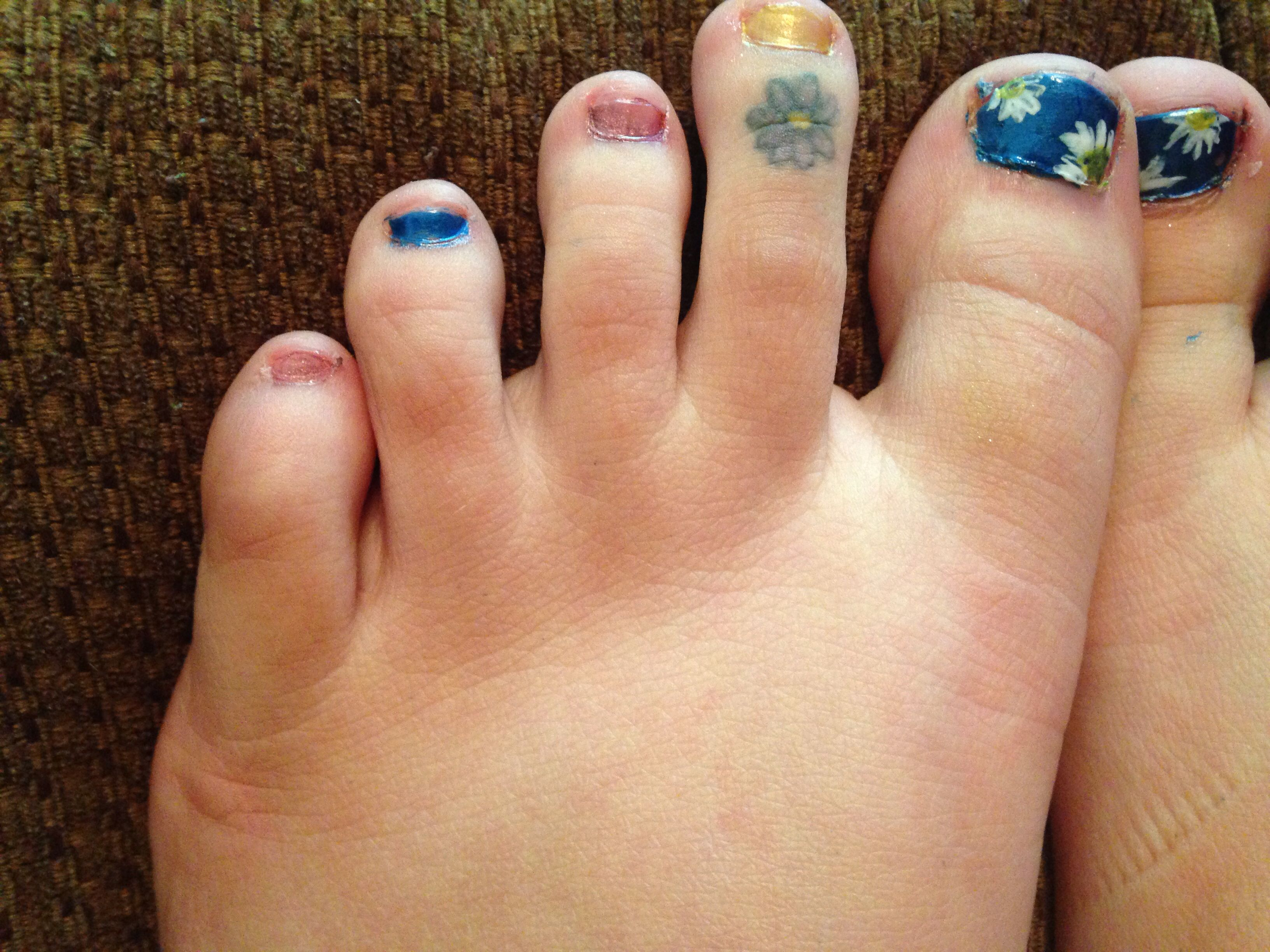 I\'ve got a daisy on my toe! Toenails, nails, pedicure, daisy, blue ...