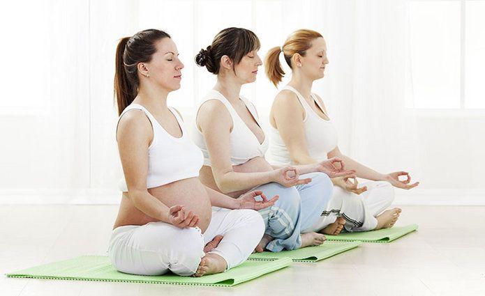 Aprender a respirar y mantener la musculatura fuerte son dos de los objetivos del Hatha Yoga, un tipo de relajación ideal para embarazadas que les permite conectar con su bebé.