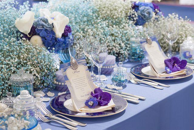 この画像は 爽やかで清潔感あり 結婚式の参考にしたいブルーカラーを使ったテーブルコーディネート のまとめの12枚目の画像です ウェディング ブルー 結婚式 テーブル 夏 結婚式