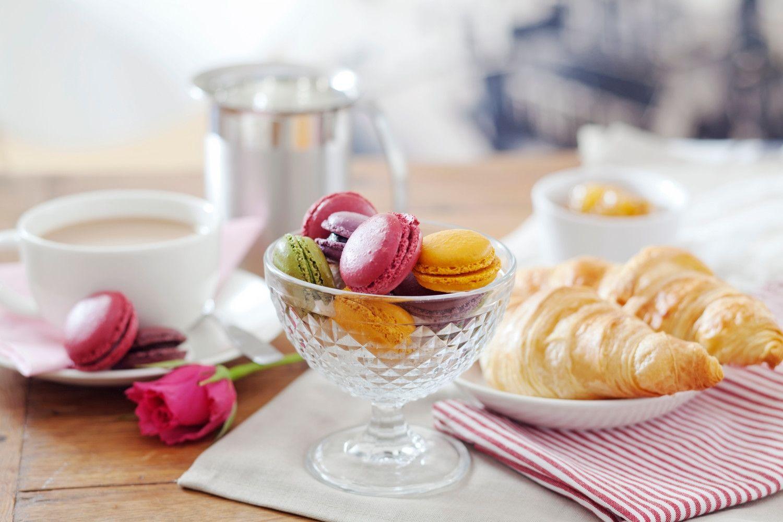 Aidot ranskalaiset Pirkka macaron-leivokset, voicroissantit ja kupillinen hyvää kahvia.  http://www.pirkka.fi/tuotteet/114816-pirkka-macarons-12-kpl125g-pa  http://www.pirkka.fi/tuotteet/119835-pirkka-voicroissant-6kpl330g  http://www.pirkka.fi/tuotteet/110330-pirkka-luomu-kahvi-500-g-suodatinjauhatus-utz