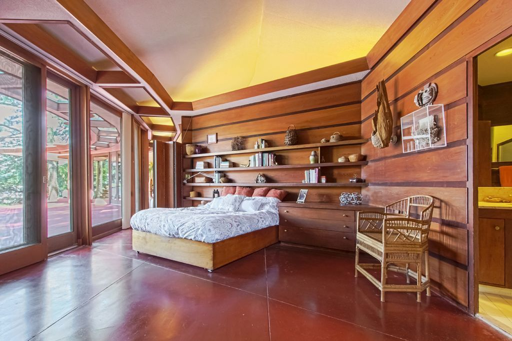 Lakefront Frank Lloyd Wright house with original furniture returns to market - Curbed