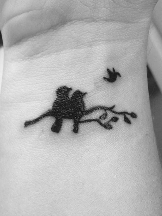 Conmovedor. Dos pájaros observando a su pichón volar. Ese fue el emotivo diseño que se hizo una mujer, que también sufrió un aborto natural y compartió su tatuaje en Pinterest.