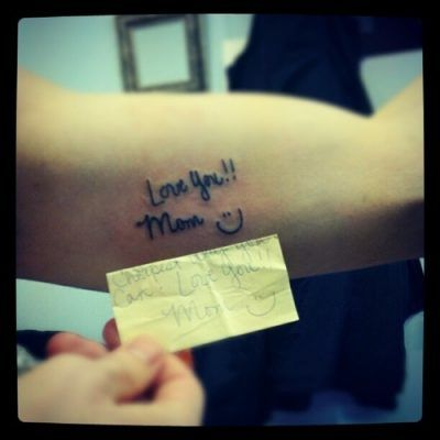 Tatuagem com declaração do filho escrito com a letra dele