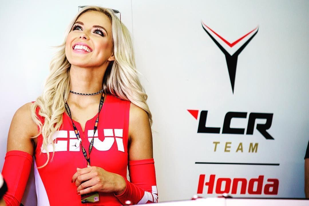 #paddock #girl #red #motogp #lcrhonda #givi #blonde #blondehair #smile #blueeyes #umbrellagirl #paddockgirls #jerezdelafrontera #jerez