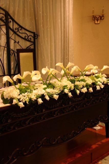カラーをメインにホワイト、グリーン系のメインテーブル装飾
