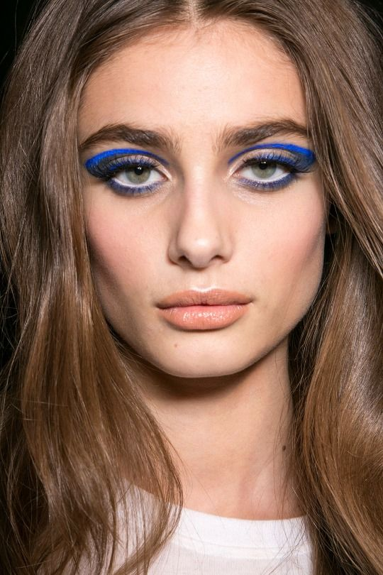 Runway Beauty: Two-toned Cat Eye at Atelier Versace Fall