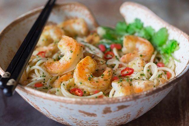 Espaguete com camarão, uma receita simples, fácil, rápida e deliciosa. Leva temperos asiáticos, mas fáceis de achar no Brasil: gengibre, curry, coentro etc.