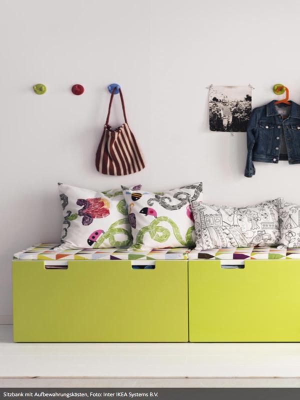 sitzb nke mit aufbewahrungskasten foto vereinzelte kleiderhaken statt klobiger garderobe. Black Bedroom Furniture Sets. Home Design Ideas