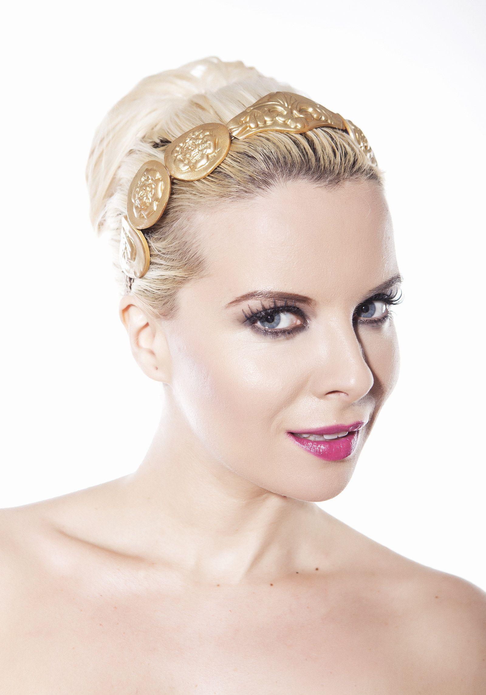 zlatá antická čelenka Zlatá čelenka je originálním kouskem do vašeho  šatníku. Je široká 25mm a dlouhá 37cm. Je zdobena zlatými aplikacemi a  ornamenty z ... babe12d3c7