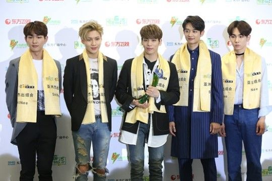 Shinee Brings Home Best Group Award From The 23rd East Billboard Music Awards Kpop Vitamin Shinee Billboard Music Awards Billboard Music