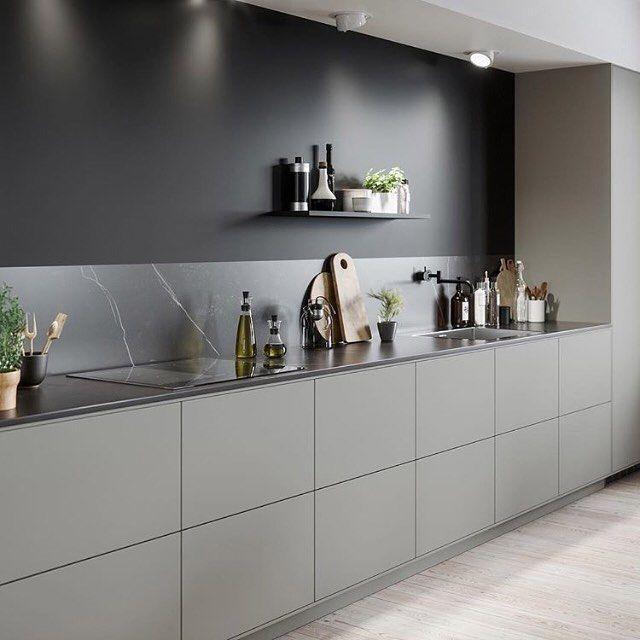 Photo of Una bella tavolozza di colori neutri e linee chiare in questa cucina creano eleganza …