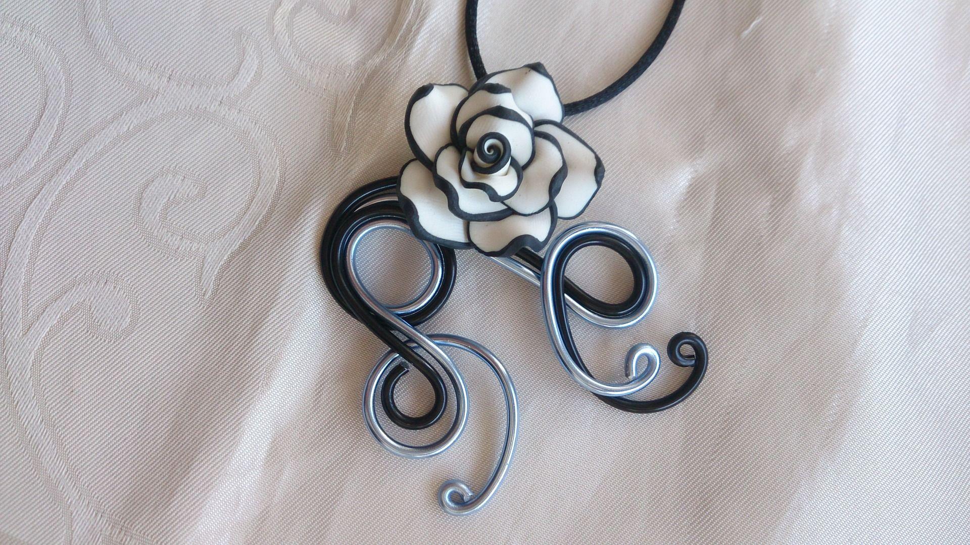 Pendentif N°38, bijoux fantaisie en fil aluminium noir et bleu avec fleur