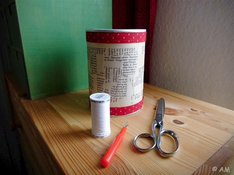 Tischmülleimer aus Kaffeedose mit Buchseitenschnipseln beklebt / Table bin made of coffee container and shreds of book pages / Upcycling