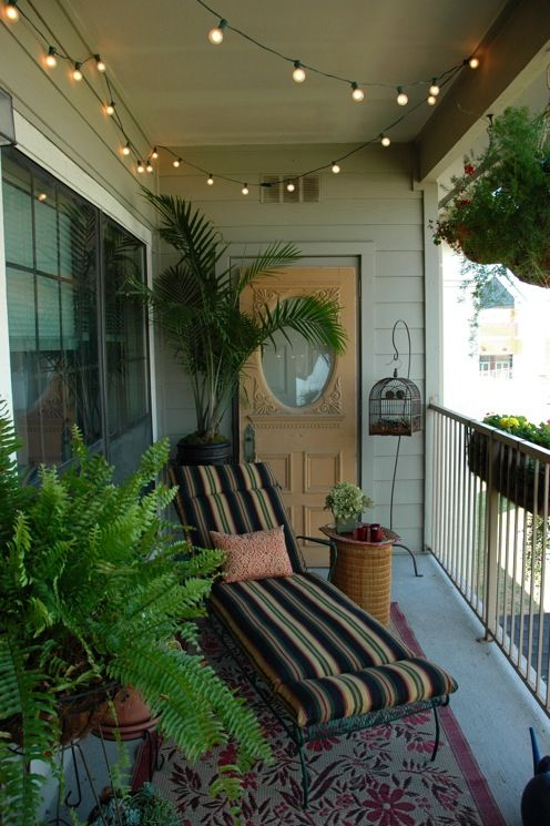 Schöne Balkon-Idee mit gemütlicher Liege, Pflanzen, Lichterkette - 28 ideen fur terrassengestaltung dach