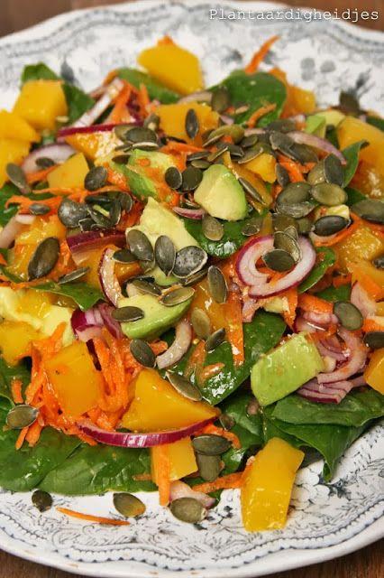 Plantaardigheidjes: Spinazie salade met mango, wortel en avocado