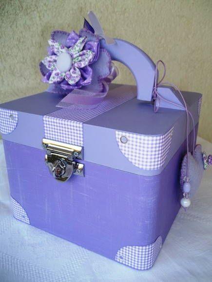 Linda maletinha decorada por dentro e por fora artesanalmente, com um kit de manicure: 1 toalha de mão (bordada), 1 pote com algodão, 1 base, um esmalte, 1 palito, 1 lixa de unha e uma lixa para dar brilho na unha. <br>Podemos fazer na cor de sua preferência. Consulte-nos.
